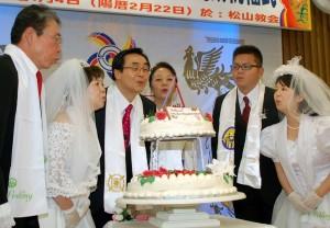 ケーキのろうそくの火を消す宋龍天総会長ご夫妻と代表カップル