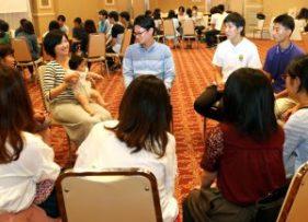 「二世祝福準備修練会」で先輩家庭(左奥)を囲んで交流する参加者 | 世界平和統一家庭連合 NEWS ONLINE