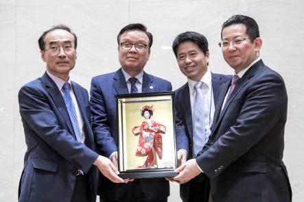 R04 開会式・日本の指導者から韓国の指導者へ ン本人形を贈呈
