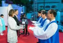 文善進・世界会長ご夫妻がもつ「孝情水」に孝情奉献書を溶かす|世界平和統一家庭連合News Online