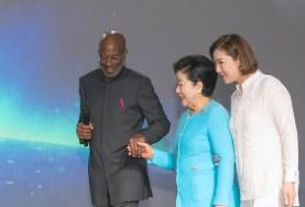 神アメリカ希望前進大会で、文善進世界会長とノエル・ジョーンズ牧師のエスコートで登壇された韓鶴子総裁 世界平和統一家庭連合News Online
