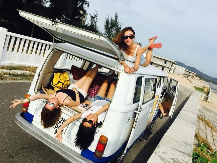 women-inside-a-van-2101528