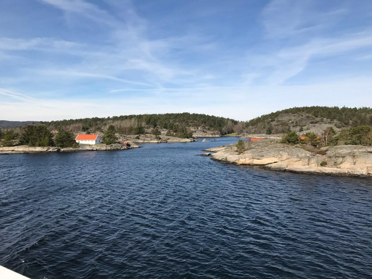På fergen ut til Jomfruland, Telemark, Norway. Foto: Cecilie Moestue/unikesteder.no