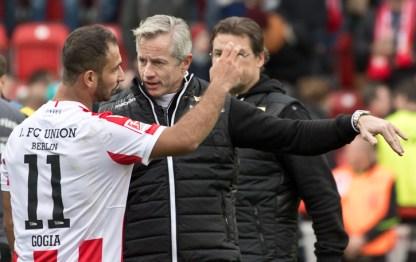 Jens Keller casually pointing at things