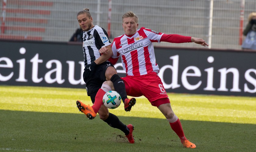 Kristian Pedersen fights for the ball