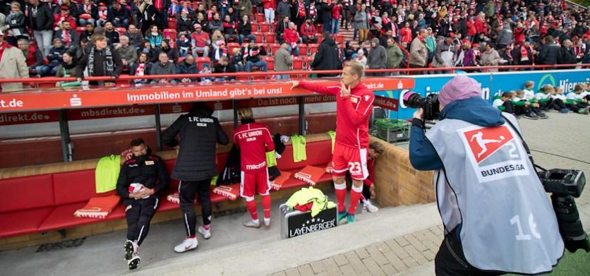 Kroos posing for a fan