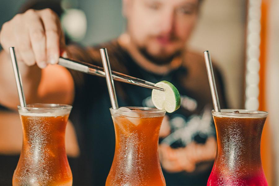 Decorando drink de café com limão-siciliano
