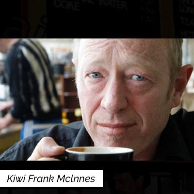 Barista Kiwi Frank servindo drink com café