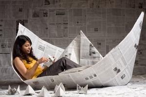 びっくり!新聞でできたソファー