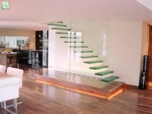 クリアーな階段がとってもスタイリッシュ