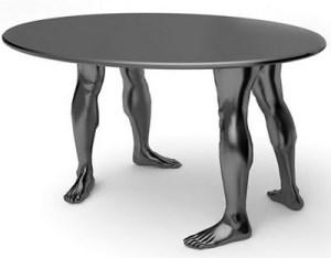 """とっても立派な""""足""""の付いたテーブル"""