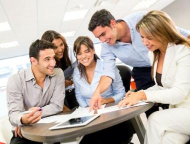 Mennesker som samarbeider på jobb
