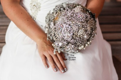 DIY Rhinestone Wedding Brooch Bouquet – shared by A Sparkly Life for Me See the full tutorial: http://asparklylifeforme.com/step-by-step-tutorial-wedding/