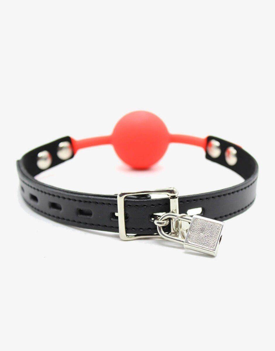 Du kan låse dit ball gag med jelly silikone kugle. Der medfølger hængelås, der kan sættes i spændet i nakken på tøsen eller slaven.
