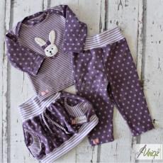 Baby-Dreiteiler in lila mit Häschen