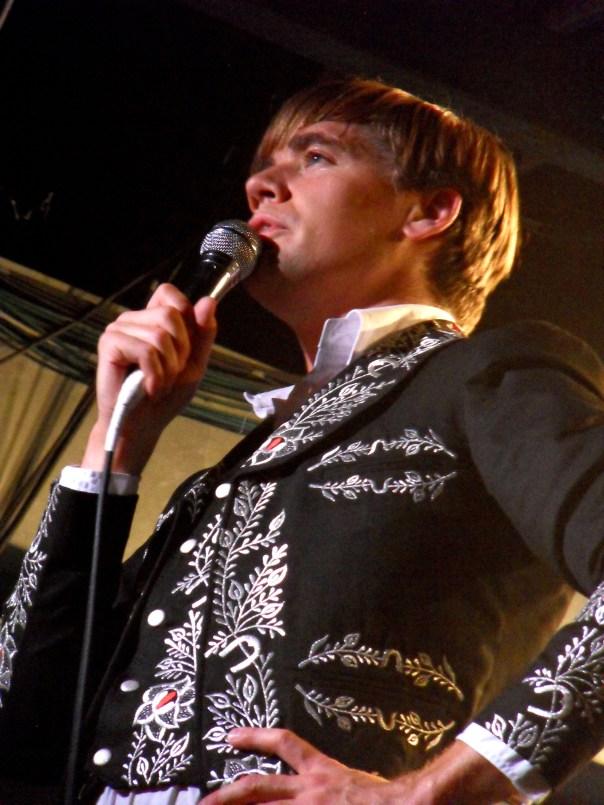 Howlin Pelle Almqvist et sa bande ont encore prouvé qu'ils savaient mener un show au Showcase, Paris. (photo : Léa Fox)