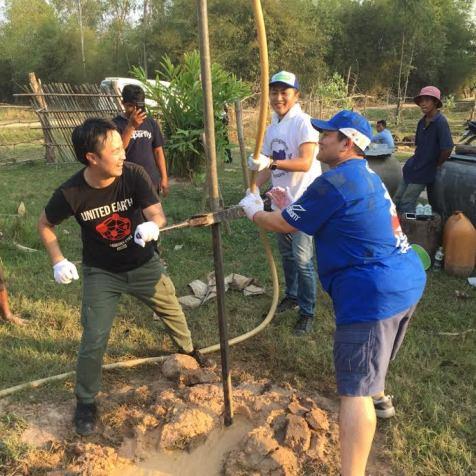 カンボジアでの井戸掘りの様子