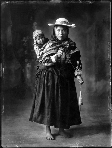Indian woman and child from Keromarca, Kanchis- Cuzco Studio, 1934. © Estate of Martin Chambi