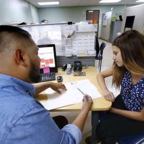 Cada vez hay más recursos para ayudar económicamente en renovación de DACA