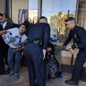 Dreamer bloquea entrada del edificio de la senadora Feinstein en L.A.
