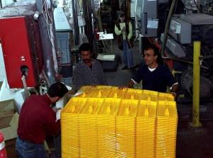 Empleados palestinos que trabajan en una fábrica israelí en Barkan, Samaria.  (Foto: Flash90)