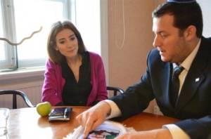 Yossi Dagan (R) se reúne con un miembro del Parlamento de la UE.  (Foto: Shomron Consejo Local)