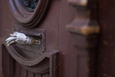 Zeitung im Briefkasten: Möglicherweise ein Anblick, der 2013 seltener wird. (Foto: Martina Friedl/pixelio.de)