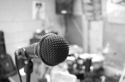Ein Mikro, ein bisschen Equipment, manchmal reicht sogar schon ein Smartphone: Die Produktion von Audios ist im digitalen Zeitalter sehr viel einfacher geworden. (Foto: Thorsten Pahlke/pixelio.de)