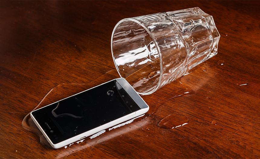 Esto es lo que puedes hacer si tu celular cae al agua