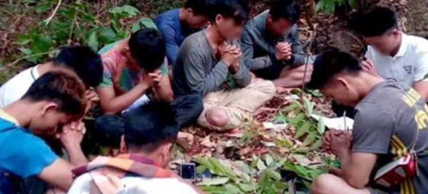En Laos, jóvenes cristianos oran escondidos en el bosque