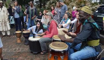 Con tambores y oraciones recuerdan al líder de Black Lives Matter, Muhiyidin d'Baha