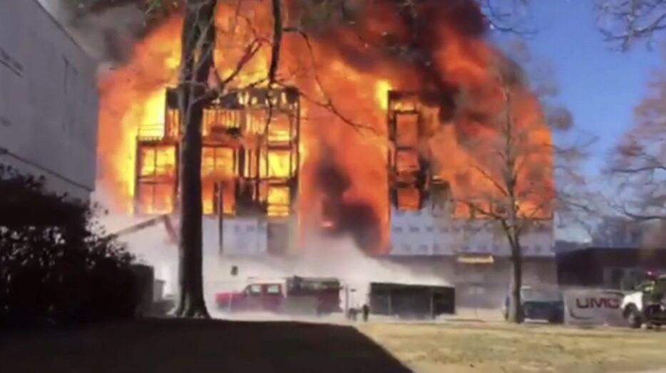 Sitio de Construcción Arde en Llamas; Deja Muertos y Heridos