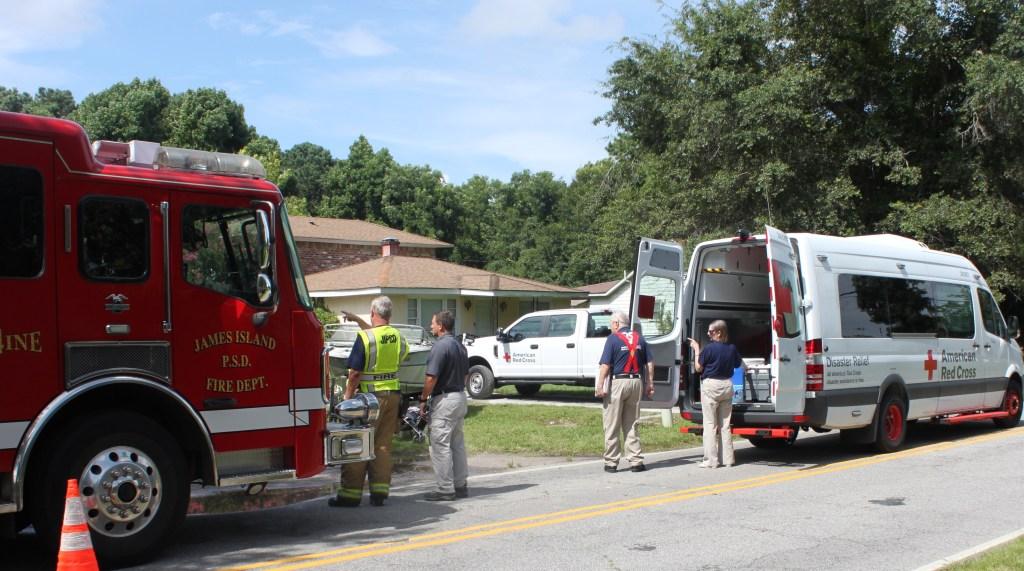 Cruz Roja ayuda a familias que fueron afectadas por un incendio ocurrido en James Island