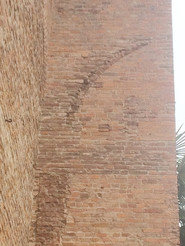 Detail of the arched trace at the inner side of the central buttress of the transept