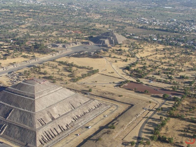 vista aérea de las pirámides del sol y la luna