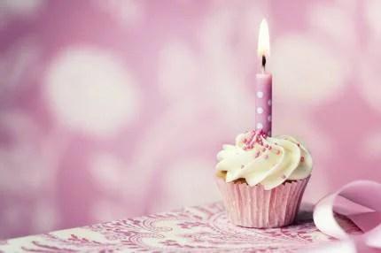 a rosa su torta di compleanno