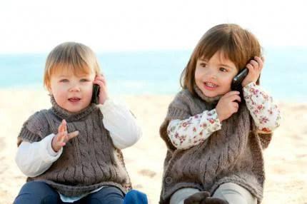 Bambine che giocano a parlare al telefonino