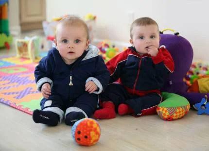 Due bambini piccoli tra i giochi