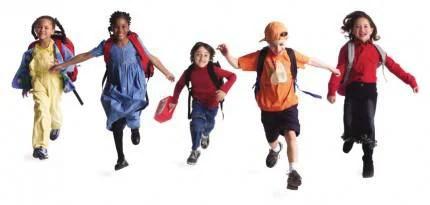 ragazzi  con lo zaino della scuola che corrono