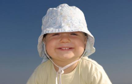 bambino con cappello in testa