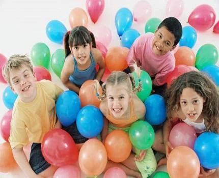 bambini con i palloncini