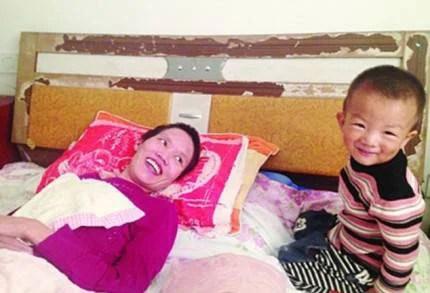 Son Gao Qianbo con la madre Zhang Rongxiang
