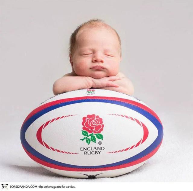 neonato sopra pallone da rugby