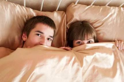 Coppia spaventata a letto