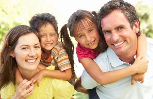 Una famiglia felice con due figli