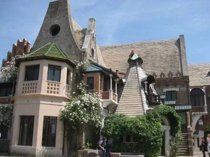 casa con tetti spioventi e ampie finestre