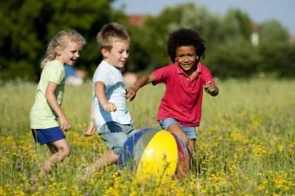 bambini giocano campo