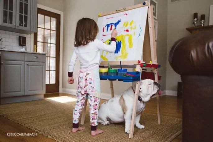 bimba dipinge con cane bulldog