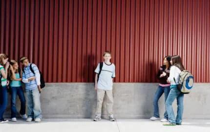 ragazzino isolato dai compagni