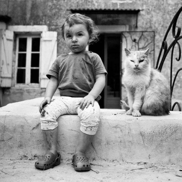 bambino seduto con gatto